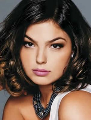 Outra opção é manter o cabelo com um volume que equilibre o formato do rosto